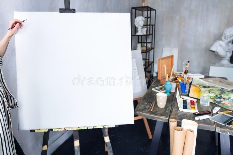 Artista joven del estudiante en el lugar de trabajo del arte fotos de archivo libres de regalías