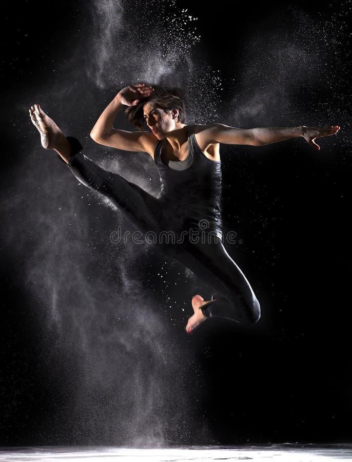 Artista marcial de sexo femenino con el salto Front Kick del polvo imagenes de archivo