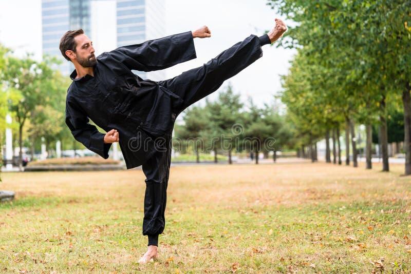 Artista marcial que pratica Qigong na ruptura do escritório fotografia de stock