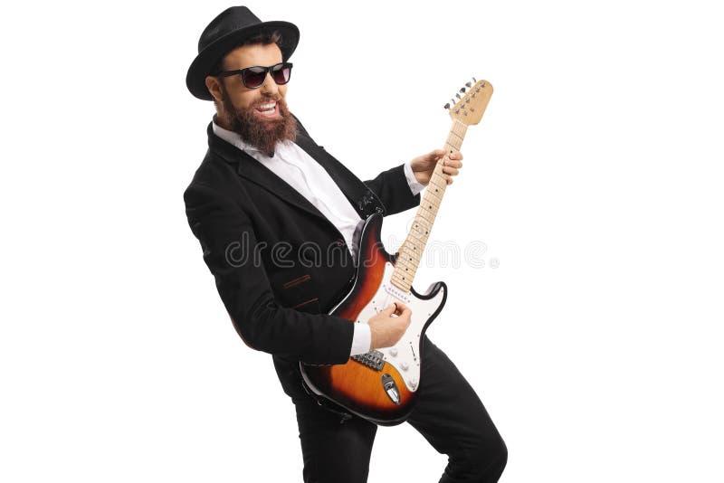 Artista masculino alegre que joga uma guitarra fotografia de stock royalty free
