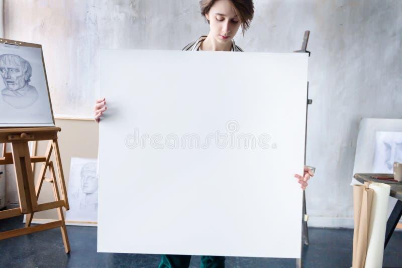 Artista novo do estudante no local de trabalho da arte foto de stock
