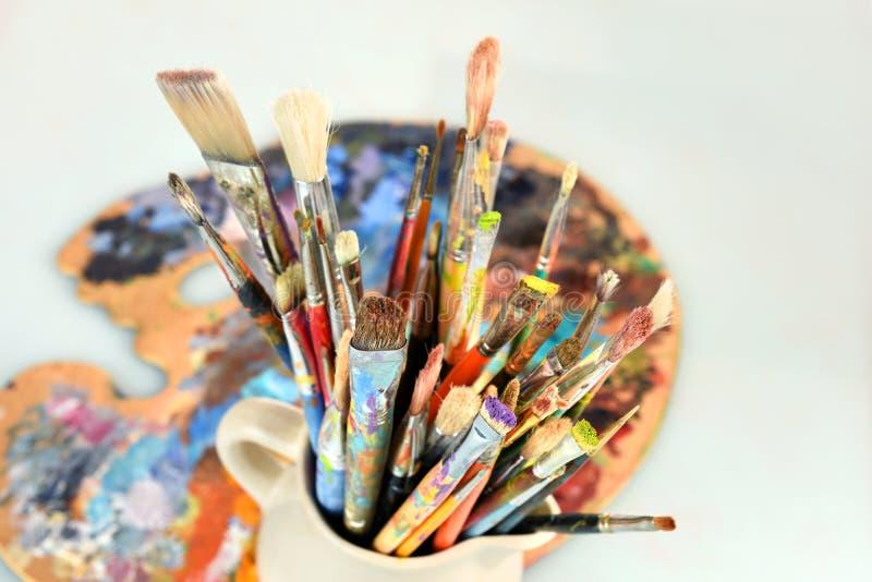 Artista Paintbrushes e tavolozza immagine stock libera da diritti