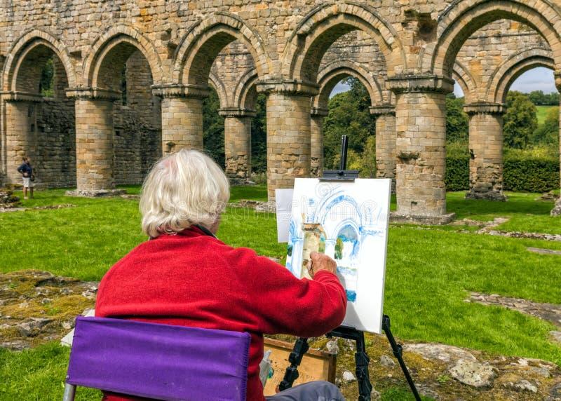 Artista Painting en la abadía de Buildwas, Shropshire imagen de archivo