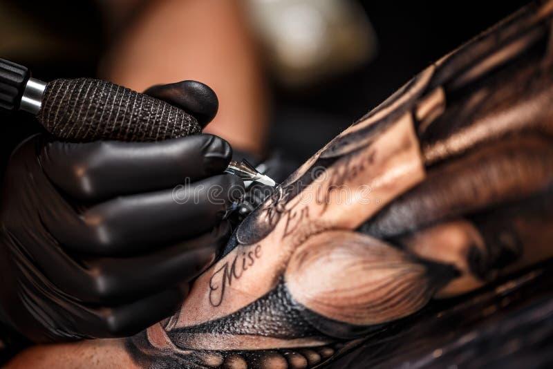 Artista professionista del tatuaggio fotografia stock