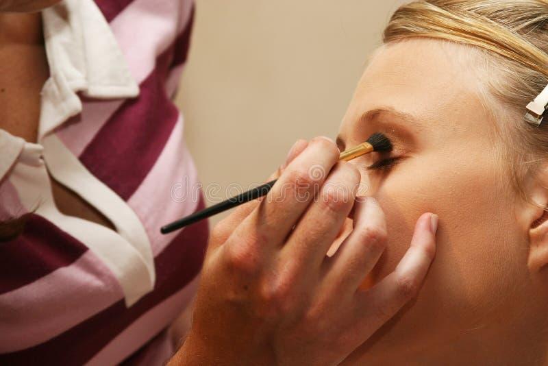 Artista que aplica cosméticos fotografia de stock