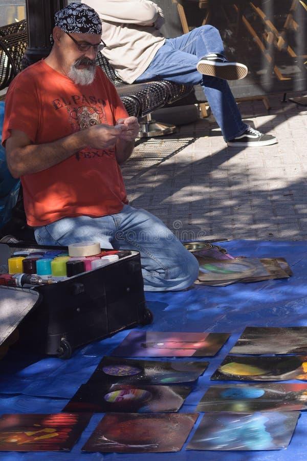 Artista que crea un objeto expuesto del arte en Art Prize imagenes de archivo