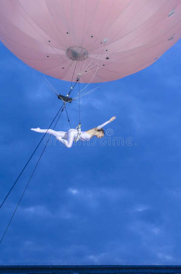 Artista que hace la acrobacia en el aire imagen de archivo libre de regalías