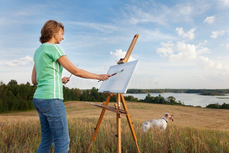 Artista que pinta un paisaje del mar imagen de archivo libre de regalías