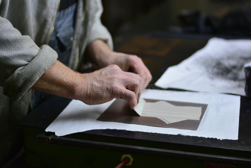 Artista que trabaja con la impresión fotos de archivo
