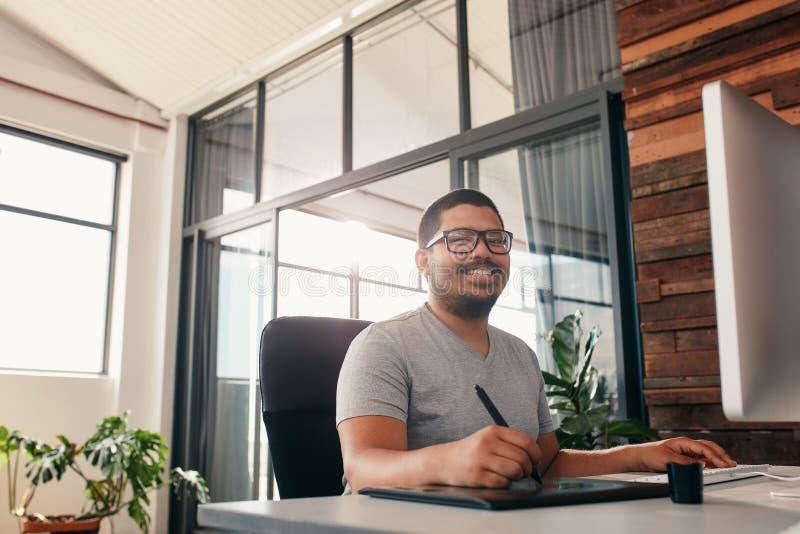 Artista que trabaja en la tableta gráfica digital usando una aguja imagenes de archivo