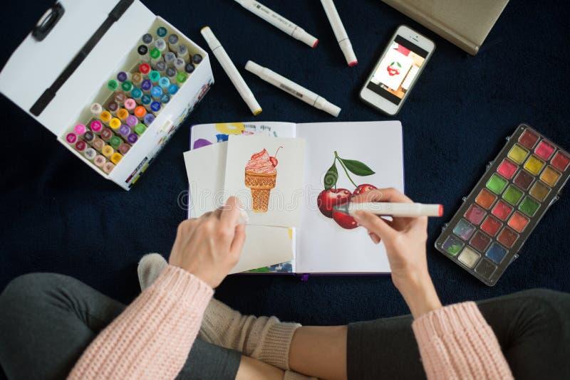 Artista que usa marcadores artísticos fotos de stock royalty free