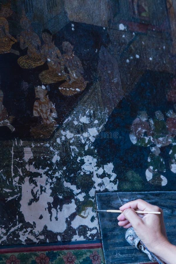 Artista Restoring una pintura fotos de archivo