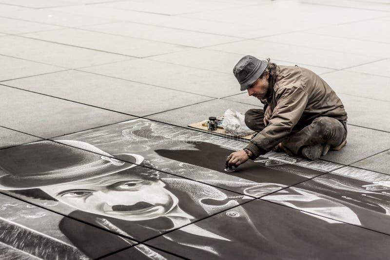 Artista senior durante il disegno Charlie Chaplin - di Parigi immagini stock libere da diritti