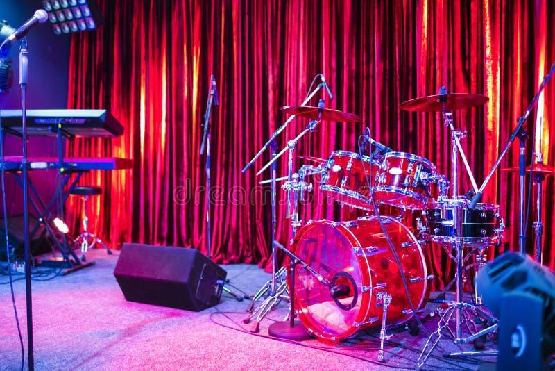 Artista Stage With Drums e grupos dos teclados junto com o microfone fotografia de stock royalty free