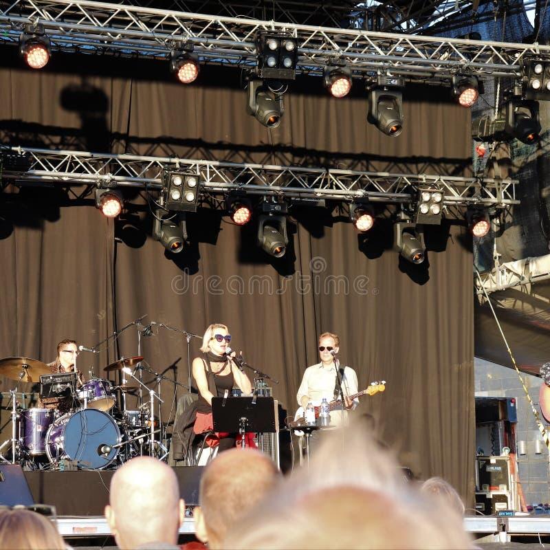 Artista sueco Louise Hoffsten con la banda en el festival del puerto del ¥ de Luleå imagenes de archivo
