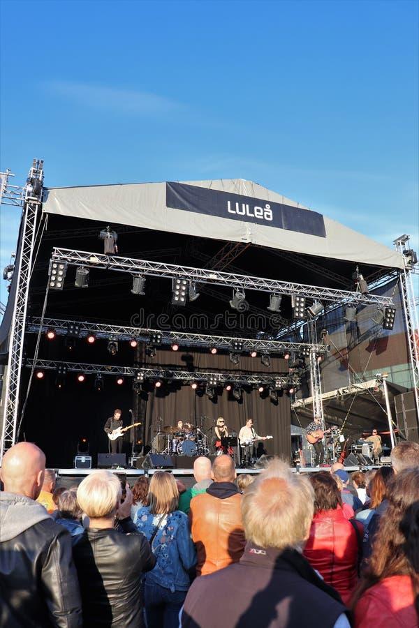 Artista sueco Louise Hoffsten con la banda en el festival del puerto de Luleå imagen de archivo
