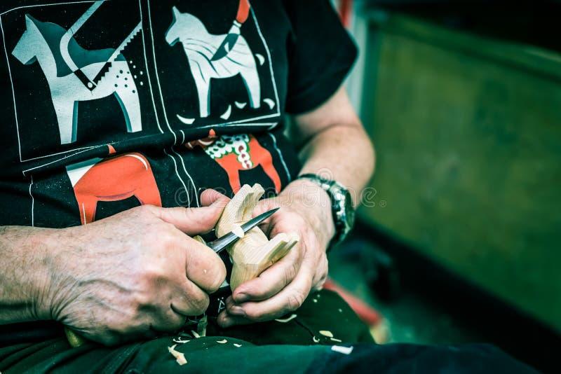 Artista sueco que cinzela o cavalo de madeira imagens de stock royalty free