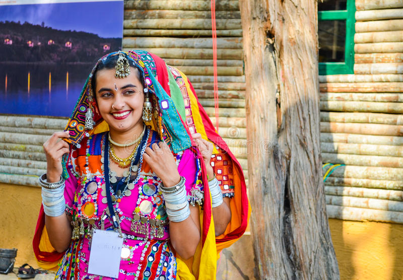 Artista tradicional que executa a dança fotografia de stock royalty free
