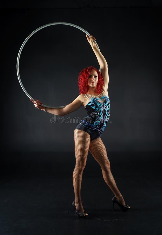 Artista vermelho fêmea bonito do circo do cabelo com uma aro imagens de stock