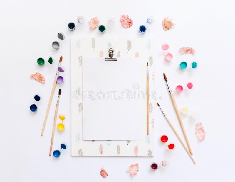 Artista Workplace com prancheta, paletas da aquarela, escovas de pintura fotografia de stock royalty free