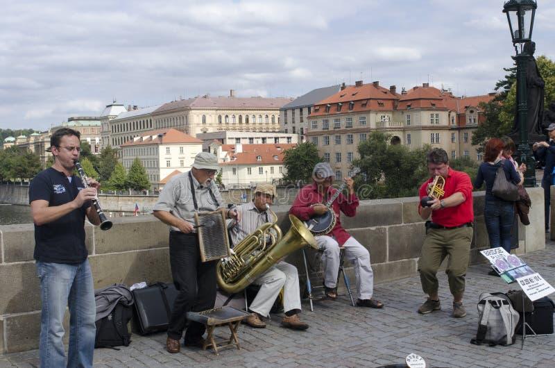 Artistas da rua em Charles Bridge, Praga fotos de stock royalty free