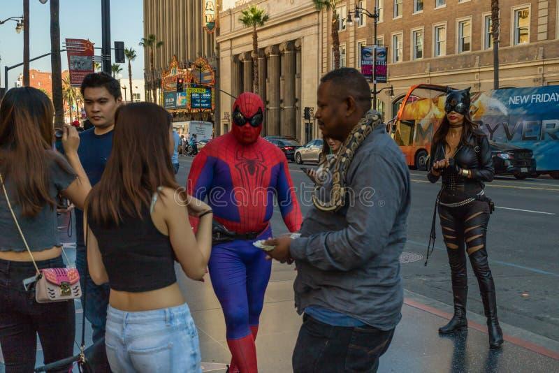 Artistas de la calle, y turistas que caminan en Hollywood Boulevard fotos de archivo libres de regalías