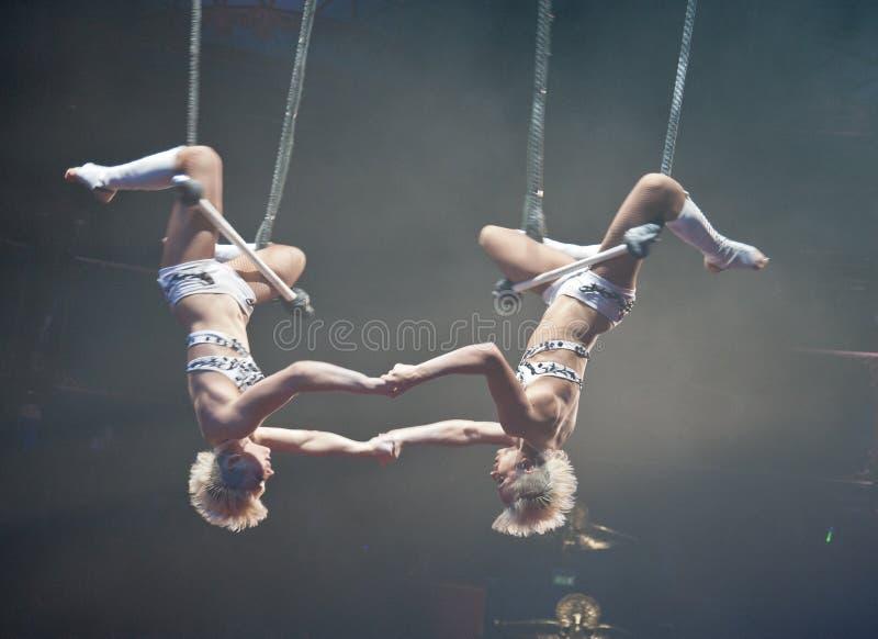 Artistas de trapecio del circo de París foto de archivo