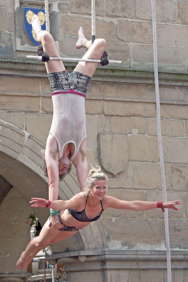 Artistas de Trapeze que executam na rua foto de stock royalty free
