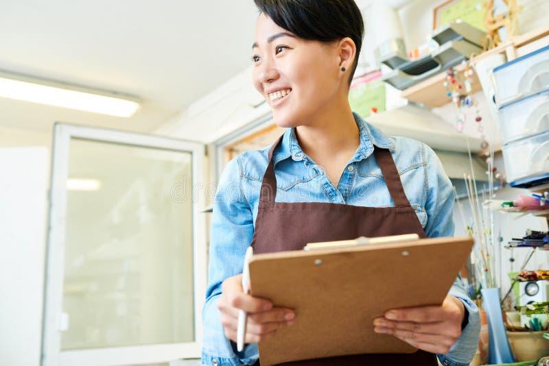 Artistas fêmeas asiáticos na oficina fotos de stock