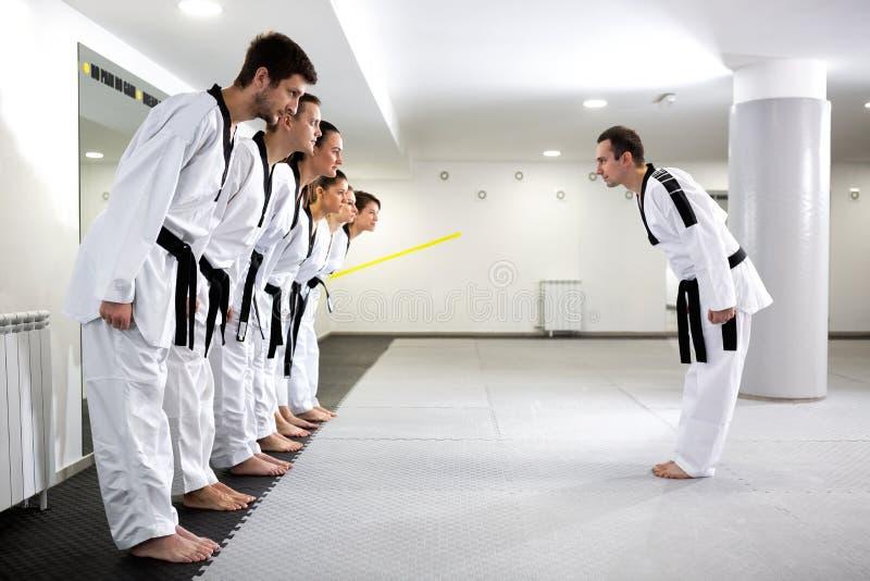 Artistas marciales expertos que se preparan para comenzar a entrenar fotos de archivo libres de regalías