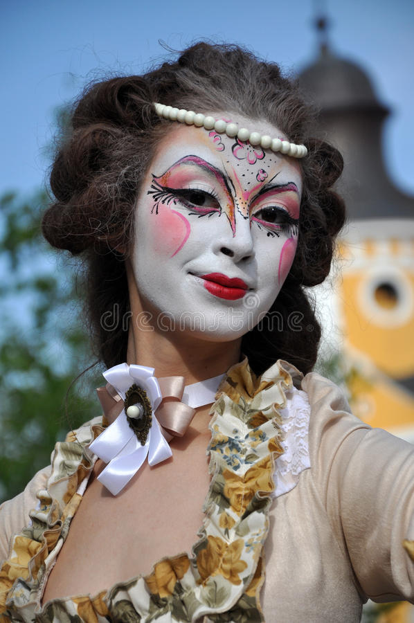 Artistas nos pernas de pau que executam em trajes medievais foto de stock royalty free