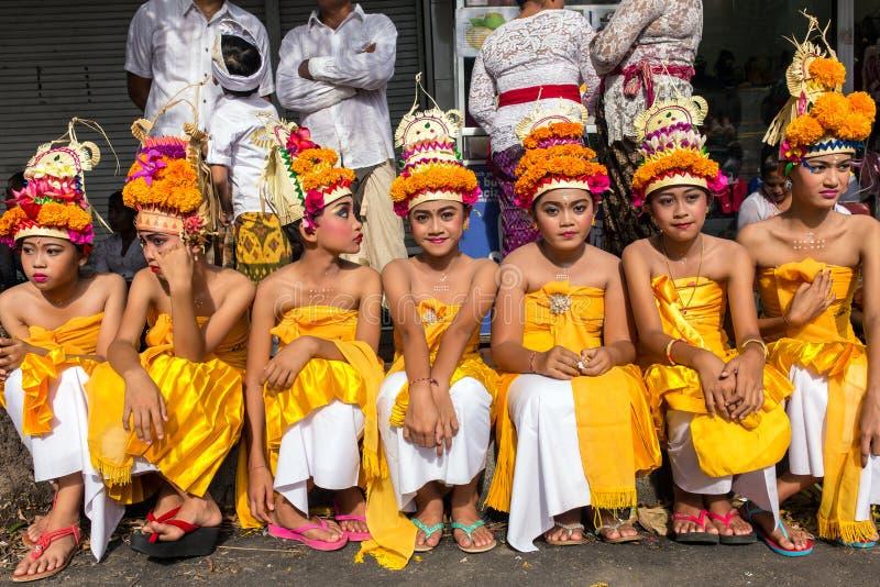 Artistas novos do balinese não identificado que preparam-se para a celebração de Galungan em Ubud, Bali imagem de stock