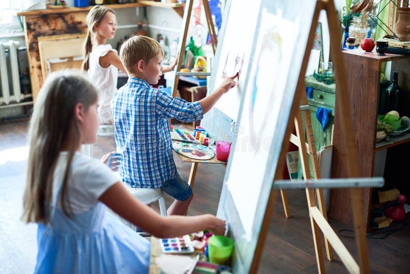 Artistas novos em Art Class fotos de stock royalty free