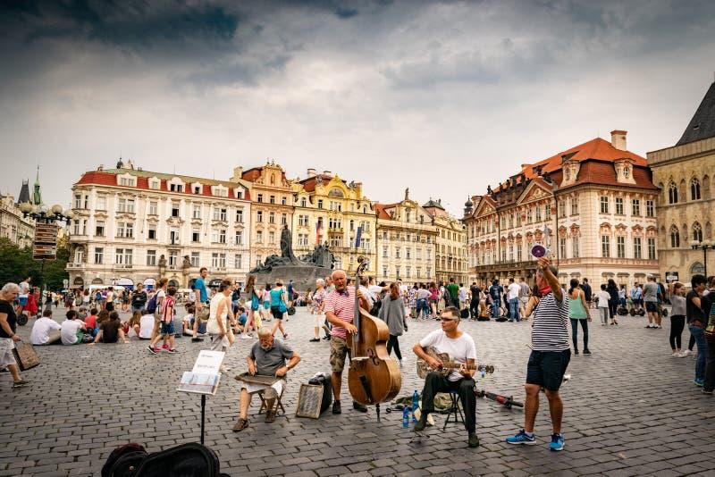 Artistas que executam na praça da cidade velha em Praga fotografia de stock
