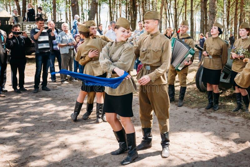 Artistas vestidos como danza rusa soviética de los soldados fotografía de archivo