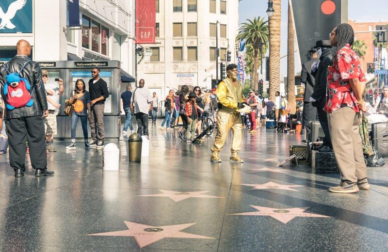 Artistas y turistas de la calle en el paseo de la fama fotos de archivo