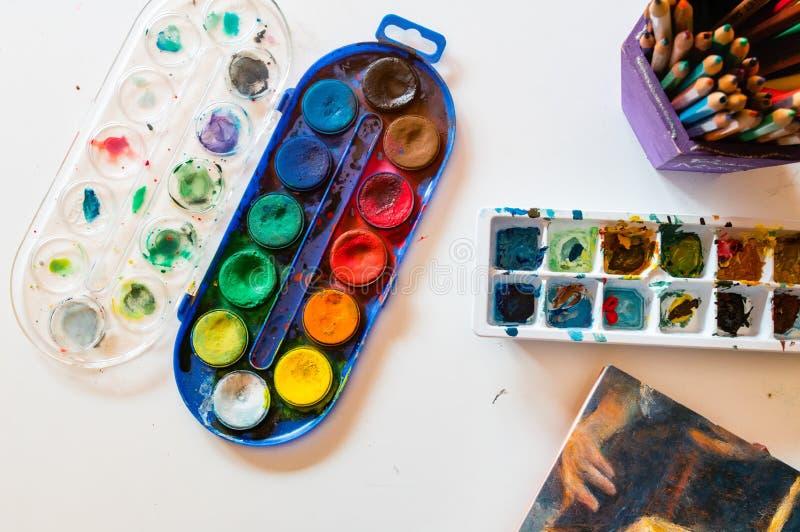 Artiste d'aquarelle et de crayons flatlay photographie stock libre de droits