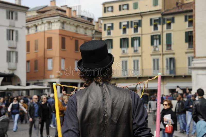 Artiste d'homme avec le chapeau noir qui font des bulles de savon Exposition de bulle de savon sur la rue image libre de droits