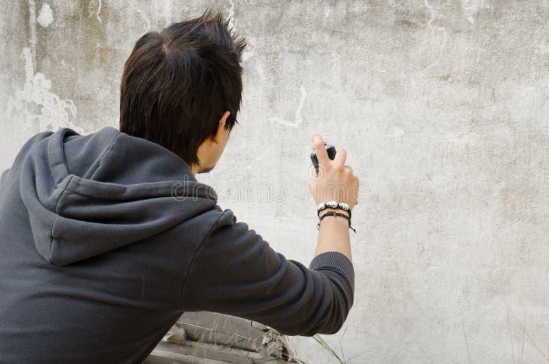 Artiste de graffiti tenant la boîte de jet photo libre de droits