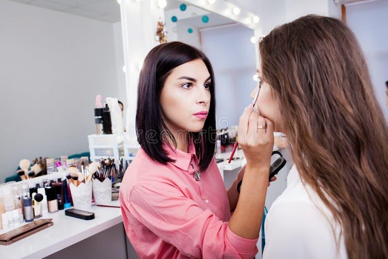Artiste de maquillage préparant la belle jeune mariée pour la cérémonie dans un morni photographie stock
