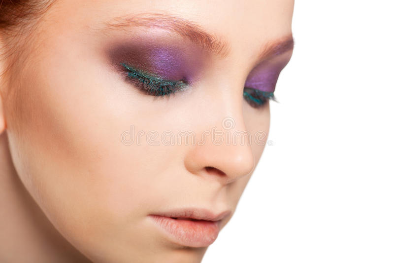 Artiste de maquillage professionnel faisant le charme avec le maquillage rouge de modèle de cheveux Fond d'isolement photos libres de droits