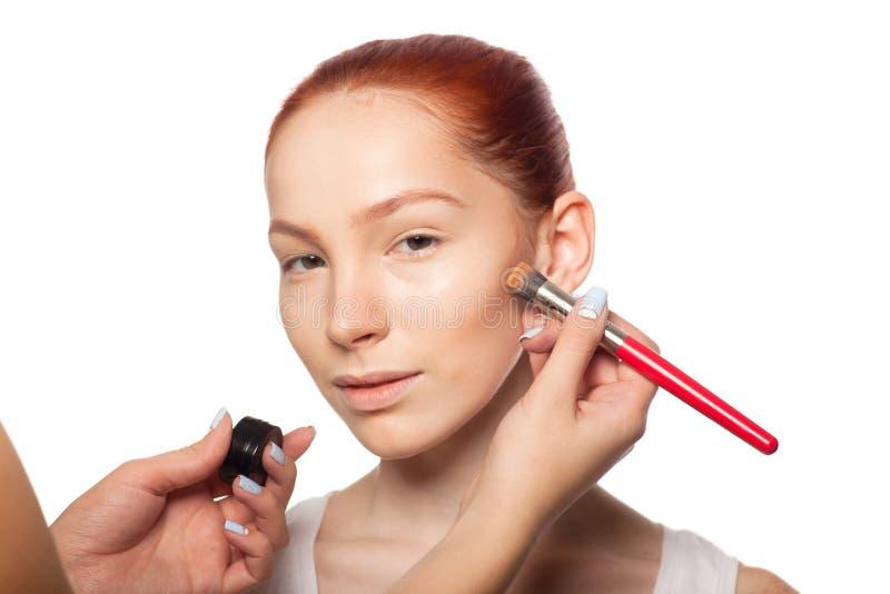 Artiste de maquillage professionnel faisant le charme avec le rouge photo libre de droits