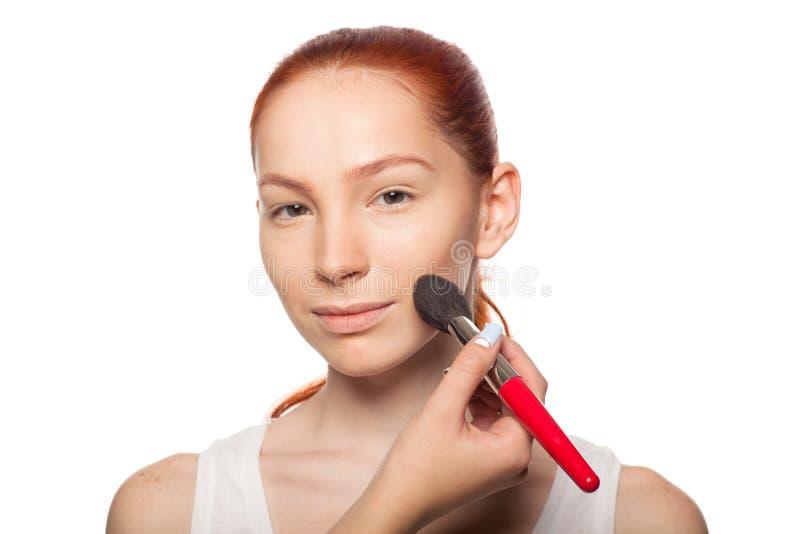 Artiste de maquillage professionnel faisant le charme avec le rouge photo stock