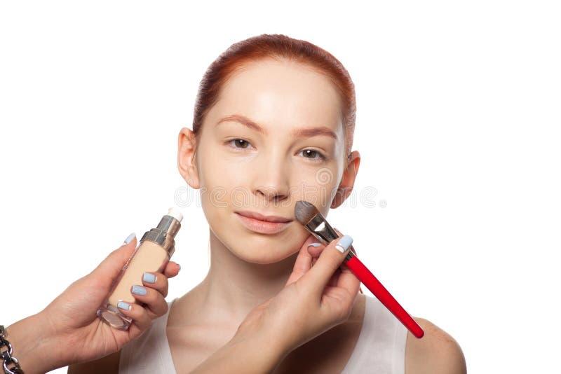Artiste de maquillage professionnel faisant le charme avec le rouge image stock