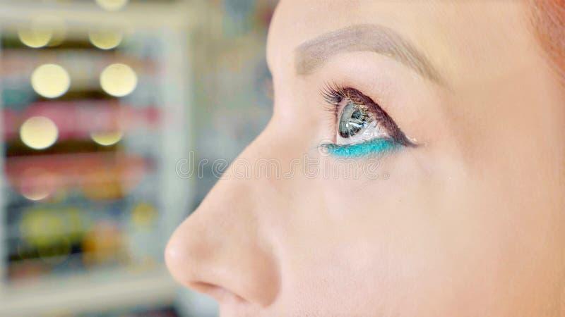 Artiste de maquillage s'appliquant le maquillage à l'oeil modèle du ` s Fermez-vous vers le haut de la vue images stock