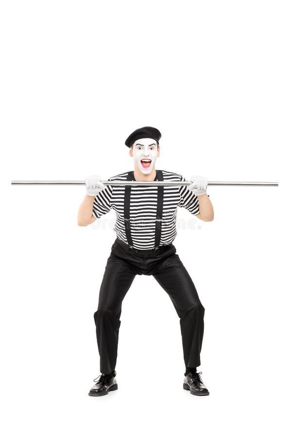 Artiste de pantomime tenant un grand tuyau en métal photo libre de droits