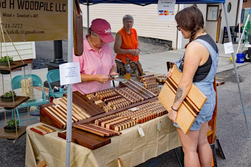 Artiste de planche à découper chez Vinton Dogwood Festival image stock