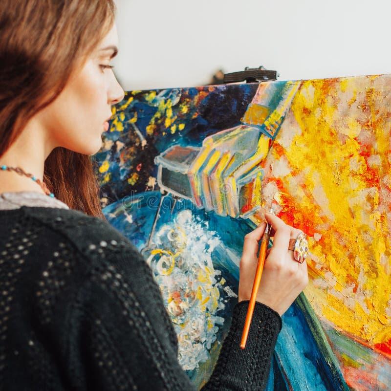 Artiste de procédé de peinture créant l'illustration abstraite images libres de droits