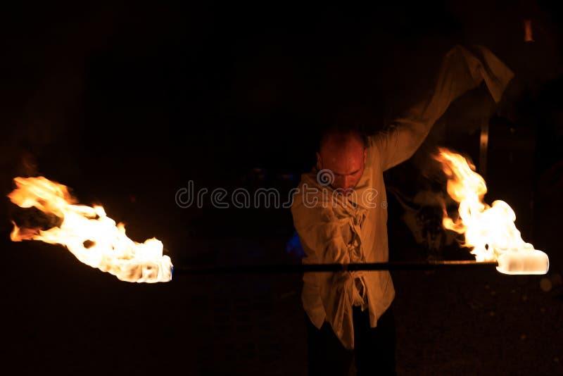 Artiste de rue - représentation de feu la nuit photo stock