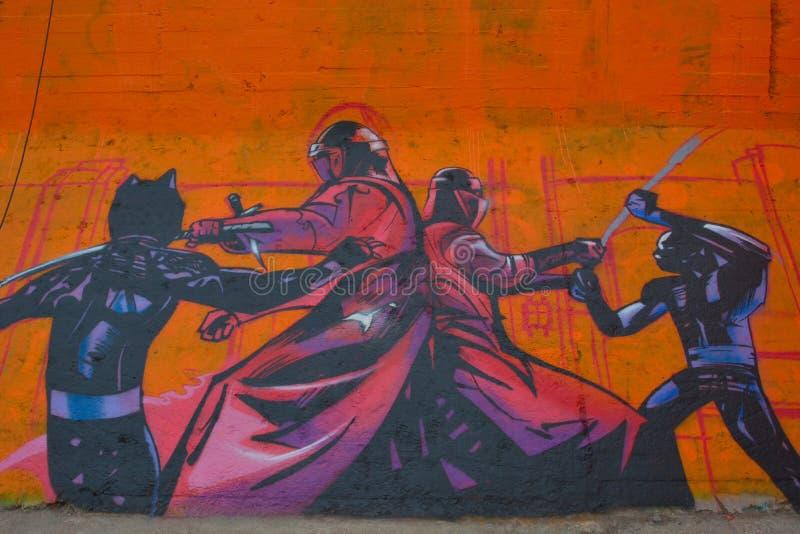 Artiste de Taggers et de graffiti au travail faisant les illustrations vibrantes photo libre de droits